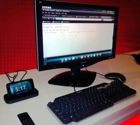 Novamente o Motorola atrix, desta vez conectado à periféricos de entrada e saída.